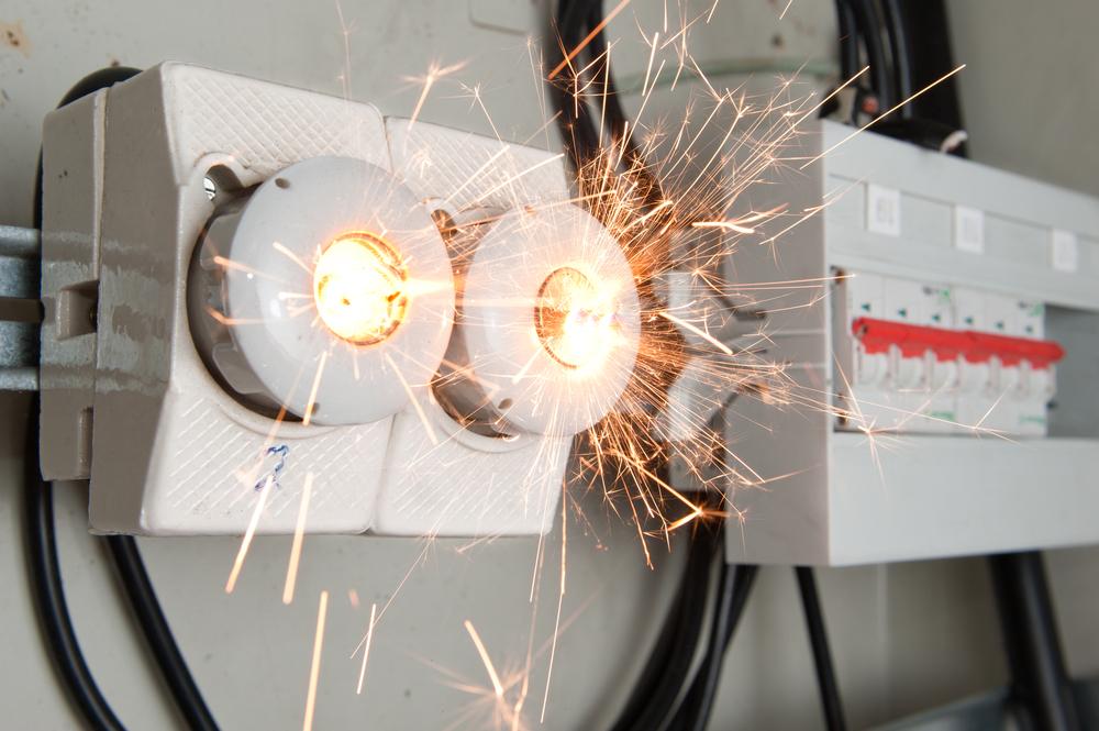 Mangelhafte Beschriftung an flexibler Leitung: Lichtbogen durch Kurzschluss