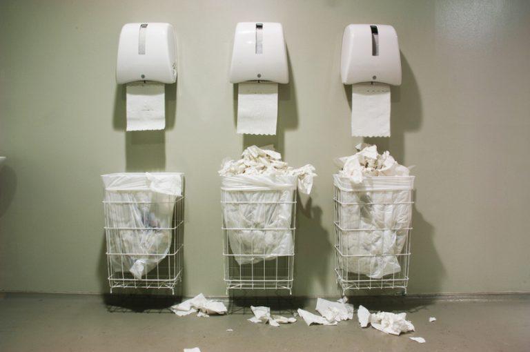 Papierhandtücher oder Händetrockner? – Die ewige Hygienediskussion