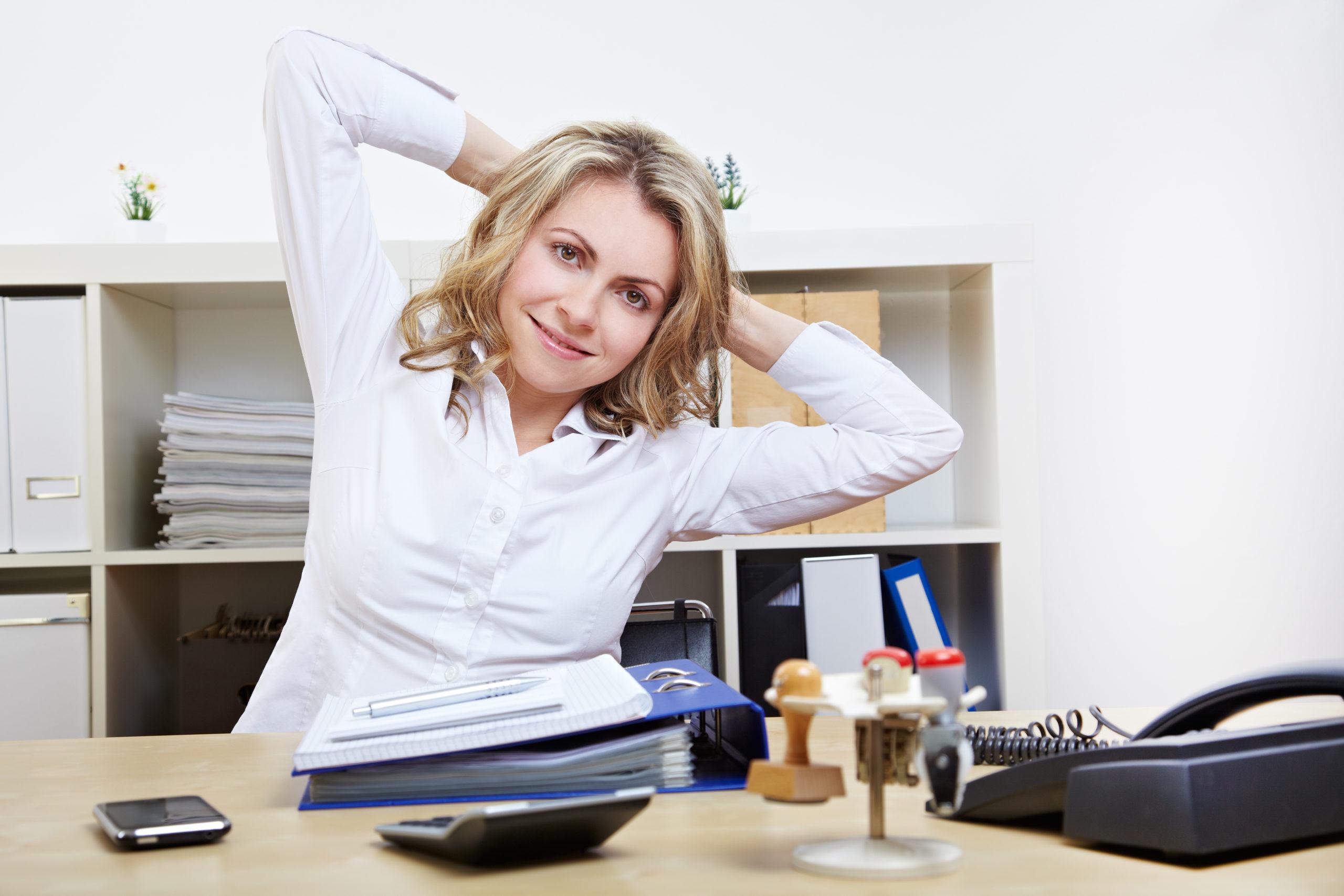 Rückenübungen fürs Büro – Mit wenig Aufwand Rückenschmerzen am Arbeitsplatz vermeiden