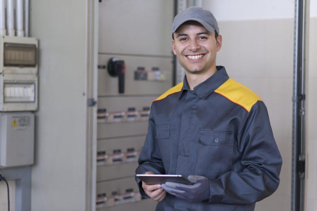 So reinigen und warten Sie große betriebliche Batterieanlagen sicher